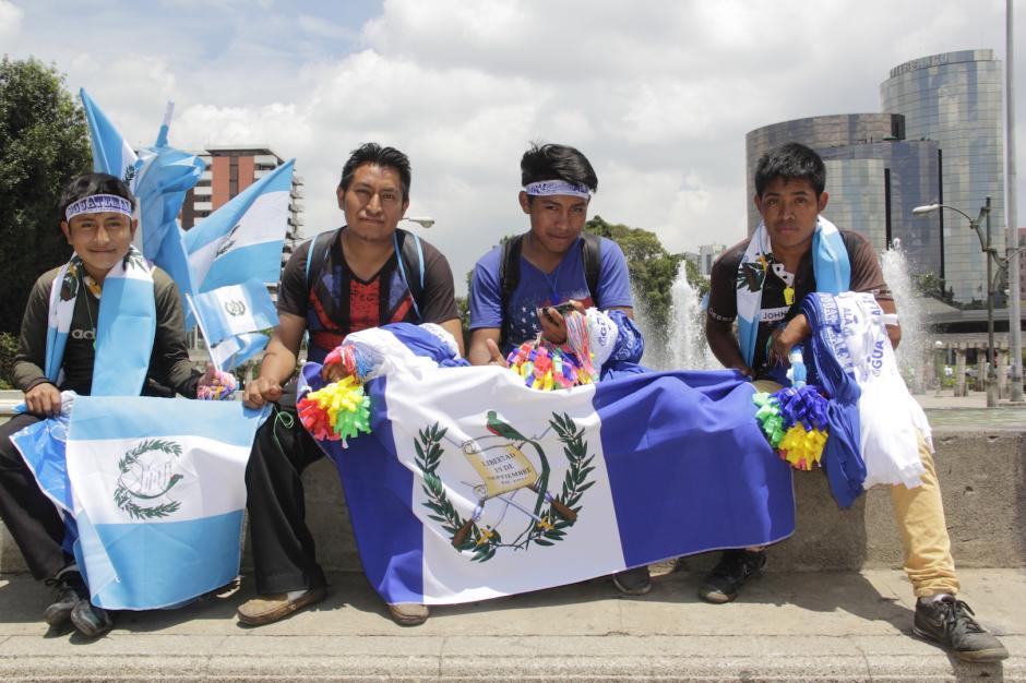 Los vendedores esperan obtener algunos centavos extra con la venta de sus productos. (Foto: Fredy Hernández/Soy502)