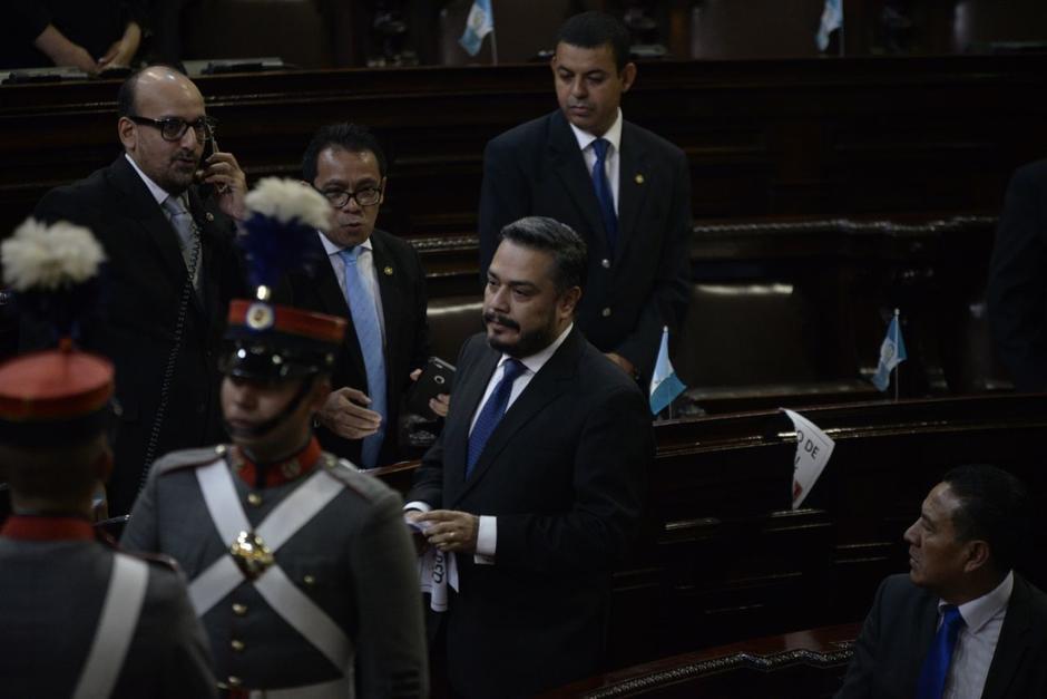 Javier Hernández, diputado de FCN, arrancó unos carteles que criticaban a Jimmy Morales. (Foto: Wilder López/Soy502)