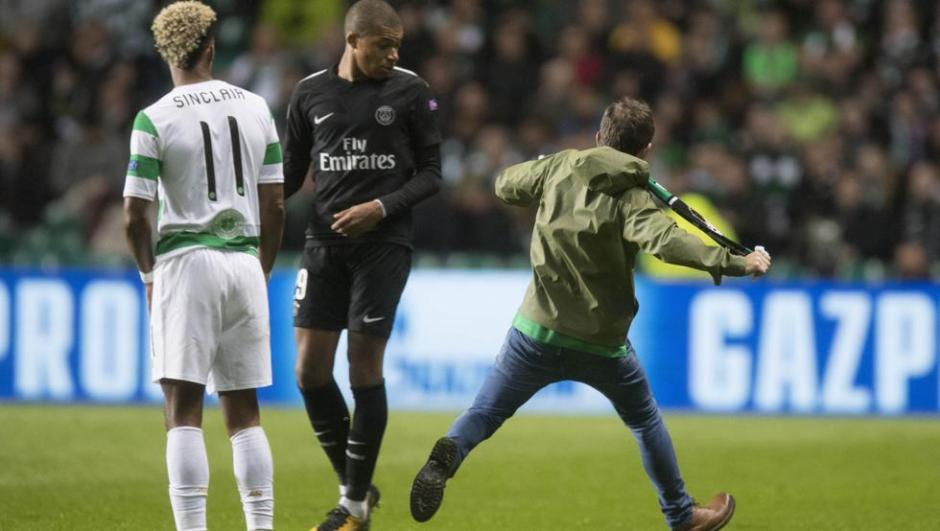 Un aficionado del Celtic intentó de agredir a Mbappé. (Foto: AFP)