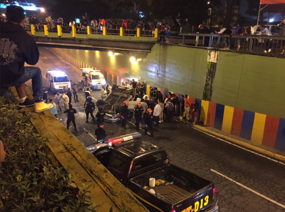 El vehículo voló literalmente unos 15 metros hasta caer en el viaducto que conecta la calzada San Juan con la Roosevelt. (Foto: Amílcar Montejo/PMT)