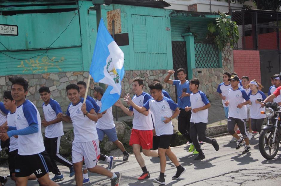 Corredores de un centro educativo se desplazan por la zona 12. (Foto: Fredy Hernández/Soy502)