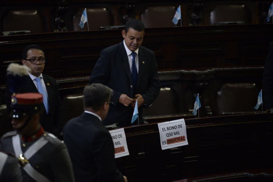 Los carteles hacían alusión al salario extraoridnario que recibe el mandatario. (Foto: Wilder López/soy502)
