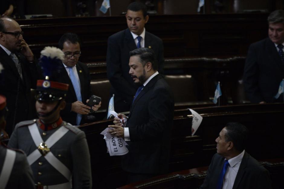 Hernández retiró los carteles por la fuerza. (Foto: Wilder López/Soy502)