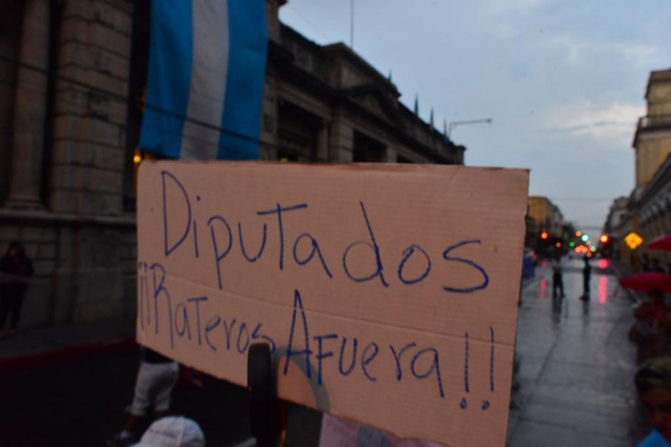 Decenas de ciudadanos llegan al Congreso para protestar. (Foto: Jesús Alfonso/Soy502)