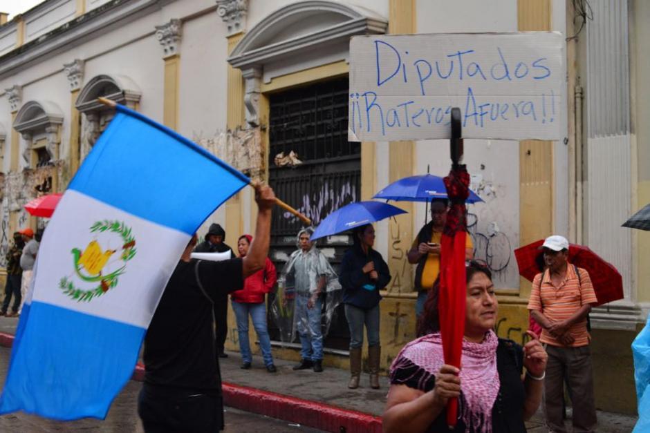 Los manifestantes portan la bandera de Guatemala. (Foto: Jesús Alfonso/Soy502)