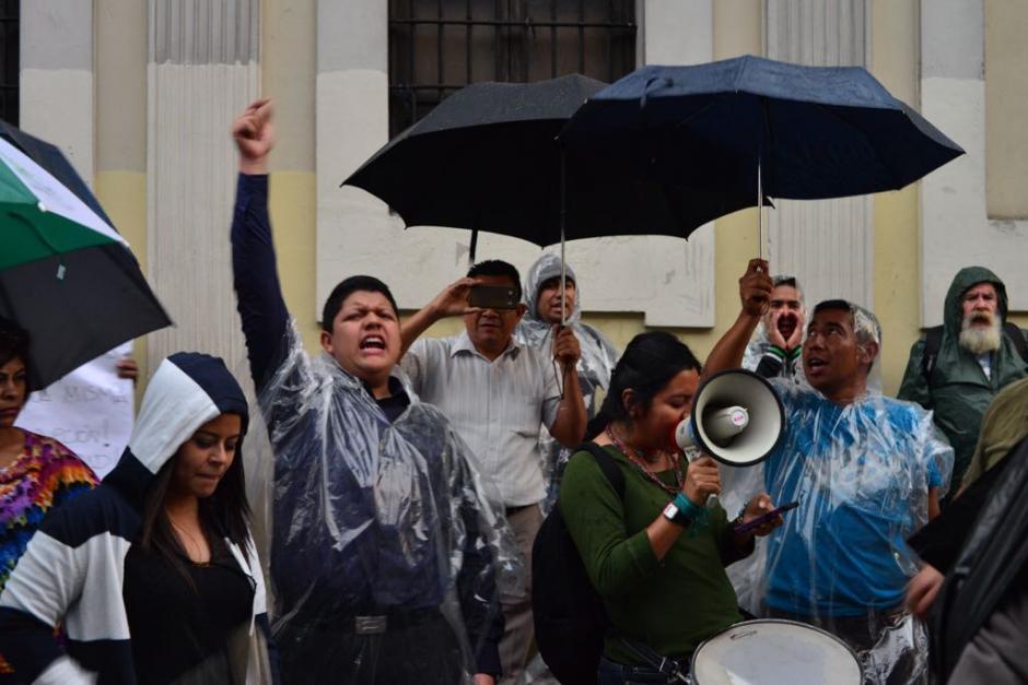 Sin importar la lluvia que cae en la zona 1, los manifestantes se hacen presentes. (Foto: Jesús Alfonso/Soy502)
