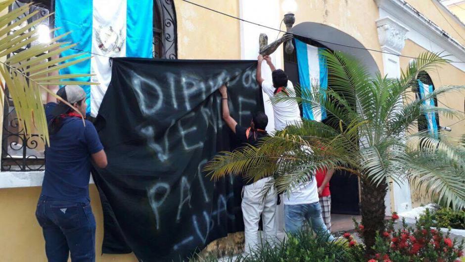 Frente a la Gobernación de mazatenango los universitarios colocaron mantas. (Foto: (Foto: Henry de León/Nuestro Diario)