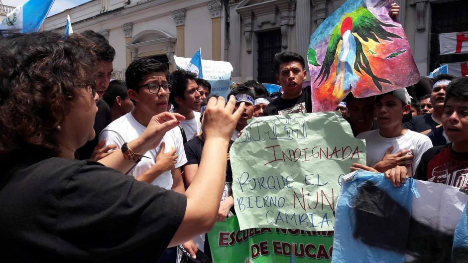La antorcha que portaban los alumnos de la Escuela Normal de Música de la zona 1, llegó a manifestar. (Foto: Alejandro Balán/Soy502)