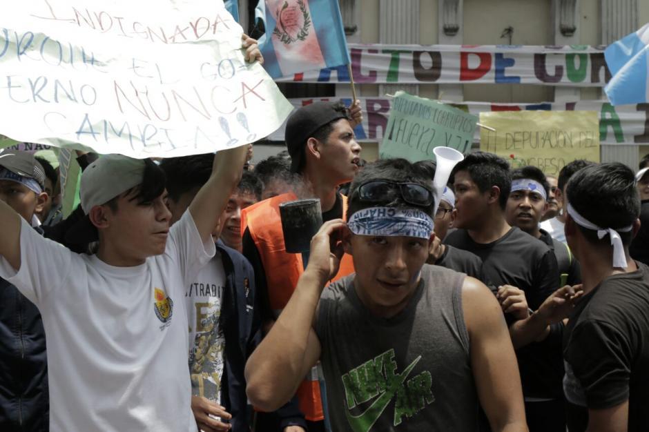 Los jóvenes llegaron a manifestar contra los diputados. (Foto: Alejandro Balan/Soy502)