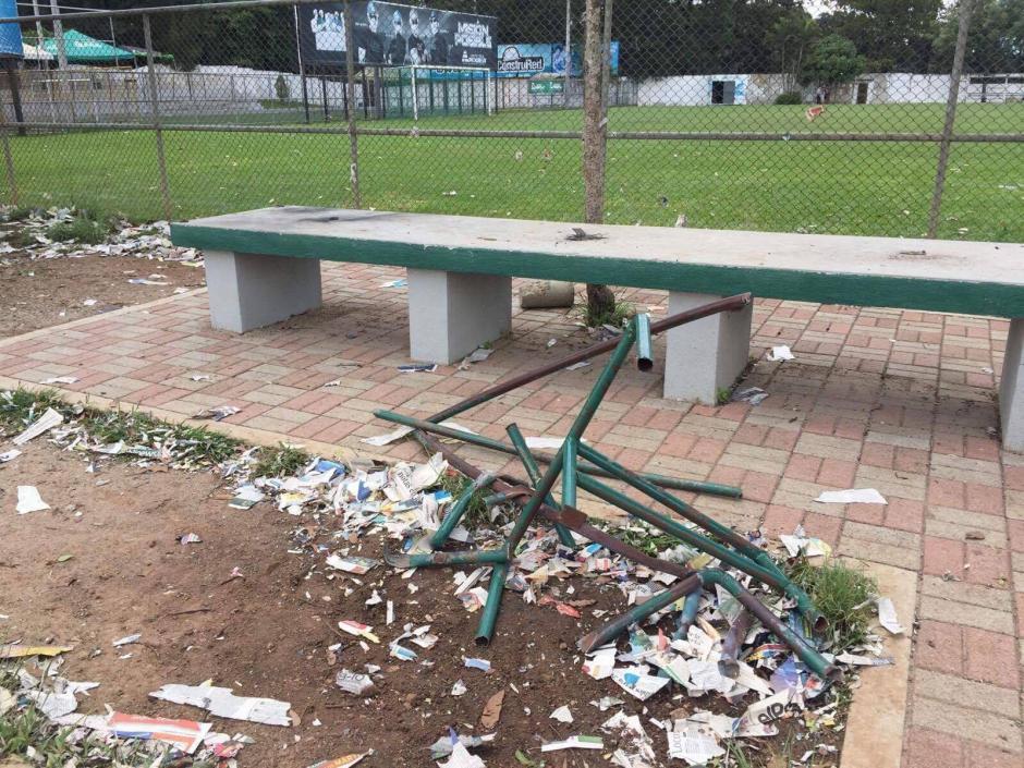 Bombas de estrunedo fueron accionadas en la cancha alterna del estadio Cementso Progreso. (Foto: Carlos Sagui)