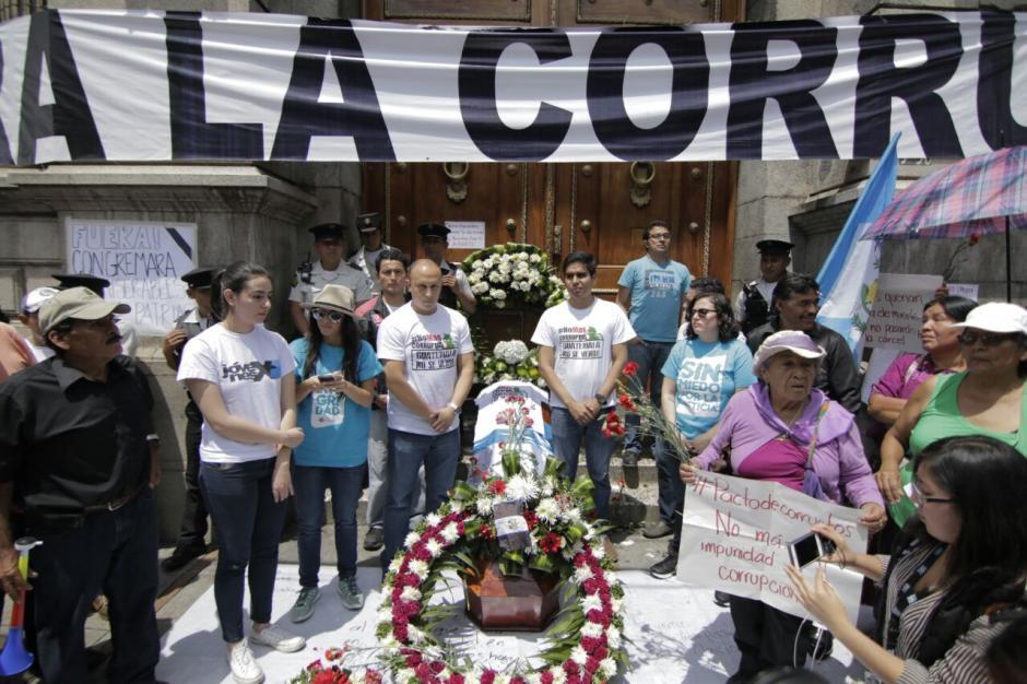 Distintas organizaciones se unieron para protestar en las afueras del Congreso de la República. (Foto: Alejandro Balán/Soy502)