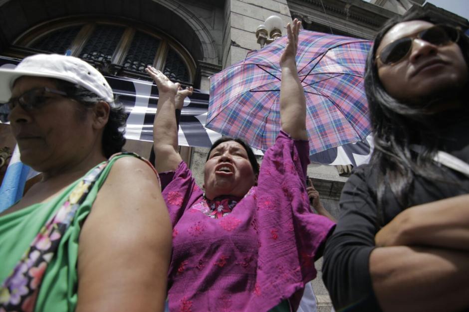 Varias organizaciones participan en una manifestación pacífica que se realiza contra los diputados. (Foto: Alejandro Balán/Soy502)