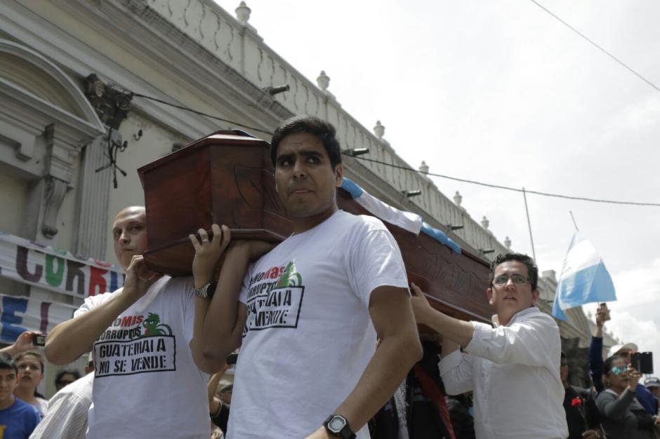 Los manifestantes llevaron un ataúd a las afueras del Congreso de la República. (Foto: Alejandro Balán/Soy502)