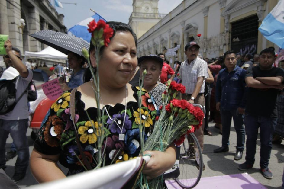 Los manifestantes llevaron claveles rojos durante la protesta. (Foto: Alejandro Balán/Soy502)