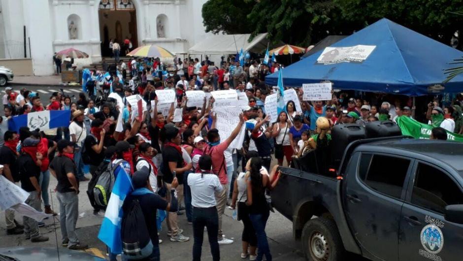 Estudiantes universitarios tomaron el parque Central de Mazatenango. (Foto: Henry de León/Nuestro Diario)