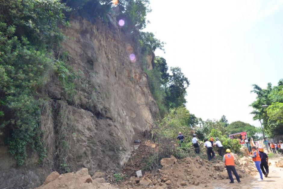 Los socorristas buscan un vehículo que aparentemente está soterrado. (Foto: Jesús Alfonso/Soy502)