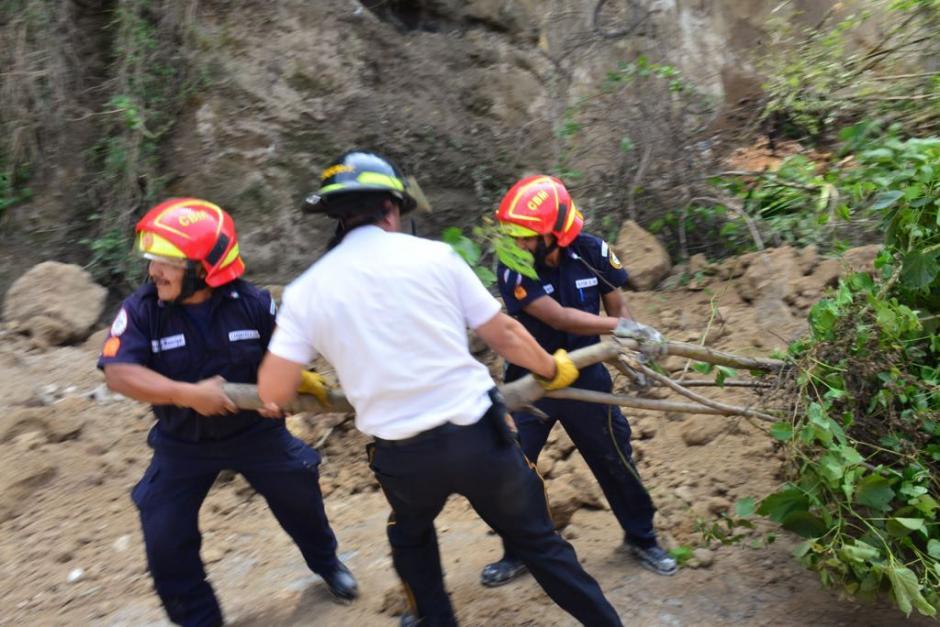 Los bomberos Municipales y Voluntarios trabajan para retirar los escombros. (Foto: Jesús Alfonso/Soy502)