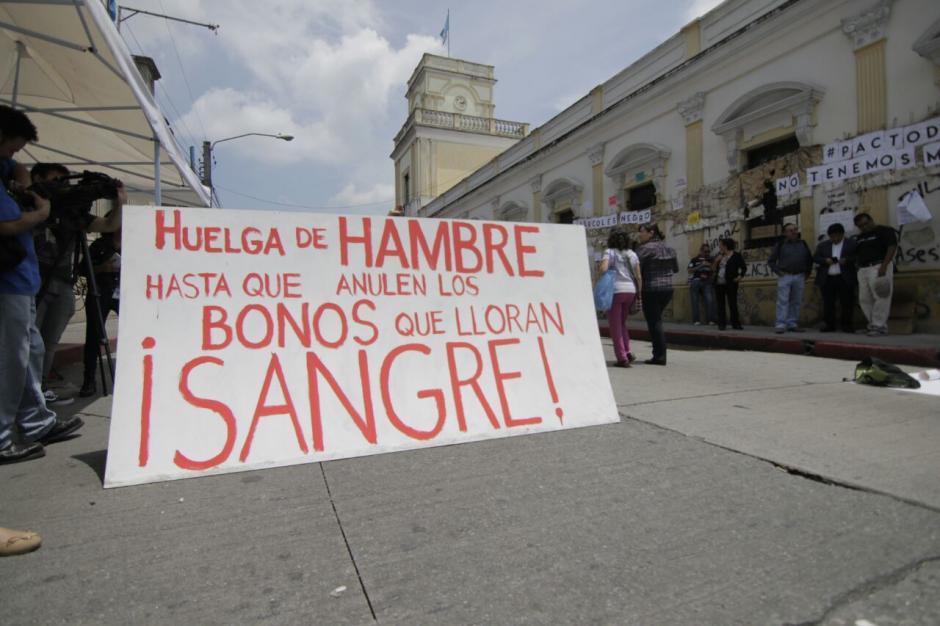 Entre los manifestantes, también se observan mensajes en rechazo al Ejecutivo. (Foto: Alejandro Balán/Soy502)