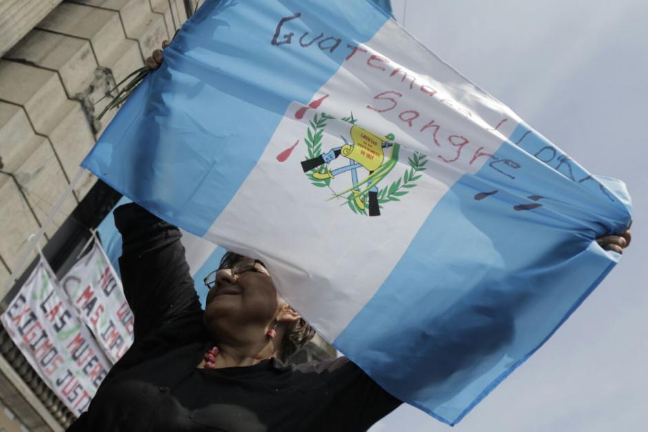 Centenares de guatemaltecos se han sumado a las muestras de descontento con el Congreso. (Foto: Alejandro Balán/Soy502)