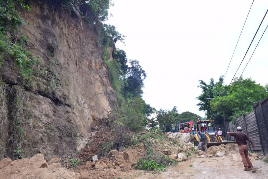Maquinaria pesada apoya en las labores de retiro de escombros. (Foto: Jesús Alfonso/Soy502)