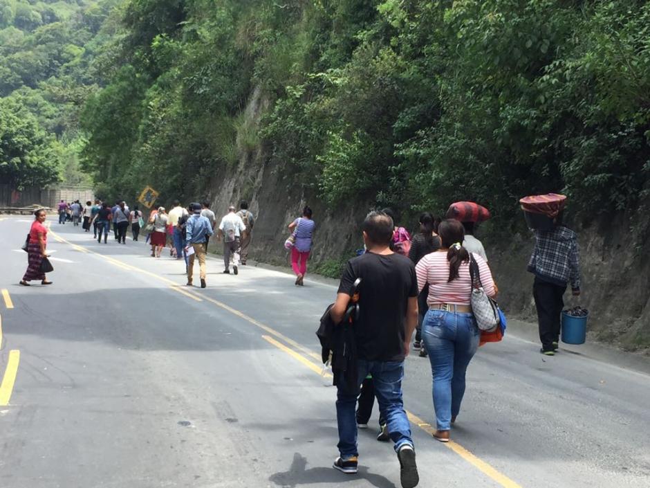Algunas personas han optado por caminar en dirección hacia la ciudad. (Foto: Jesús Alfonso/Soy502)