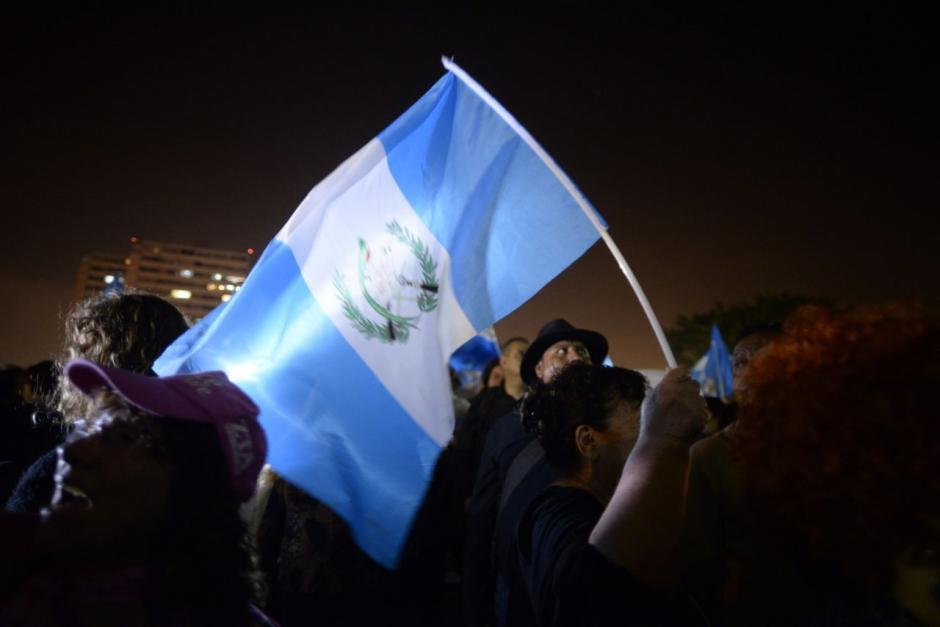 Miles de ciudadanos llegaron a la plaza esta noche. (Foto: Wilder López)