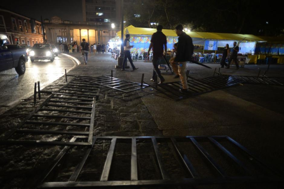 Las vallas de seguridad quedaron tiradas en la plaza. (Foto: Wilder López/Soy502)