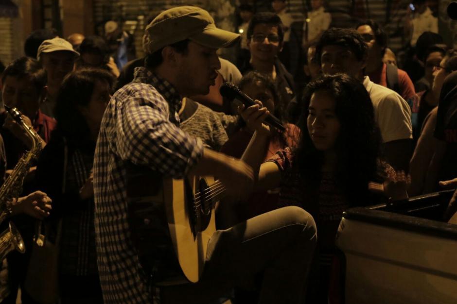 Frente al Congreso los manifestantes cantan. (Foto: Alejandro Balán/Soy502)