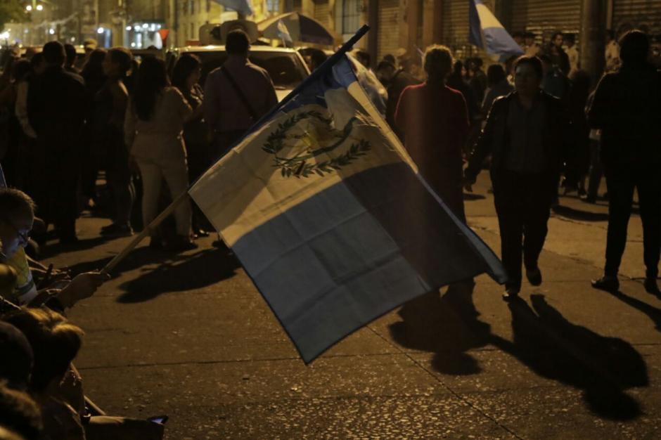 Con banderas, los manifestantes siguen frente al Congreso. (Foto: Alejandro Balán/Soy502)