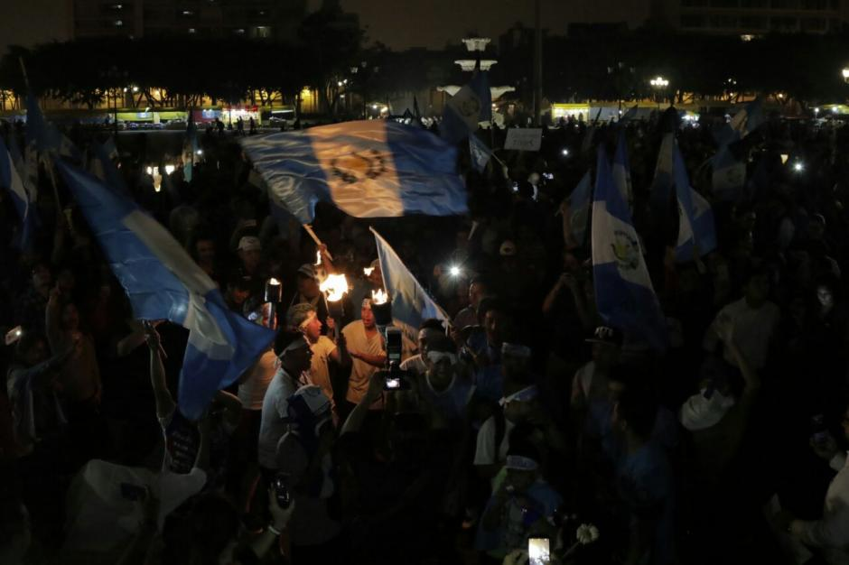 Miles de personas siguen a las 21:00 horas en la Plaza. (Foto: Alejandro Balán/Soy502)