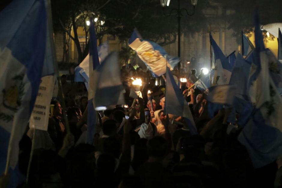 Miles de jóvenes siguen llegando a la Plaza. (Foto: Alejandro Balán/soy502)