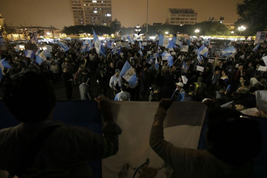 A las 21 horas, la manifestación sigue. (Foto: Alejandro Balán/Soy502)