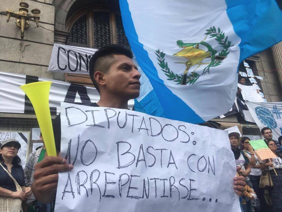 Las pancartas son el arma de los manifestantes. (Foto: Luis Barrios/Soy502)