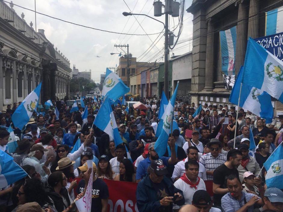Los manifestantes lanzan consignas durante la sesión plenaria (Luis Barrios/Soy502)