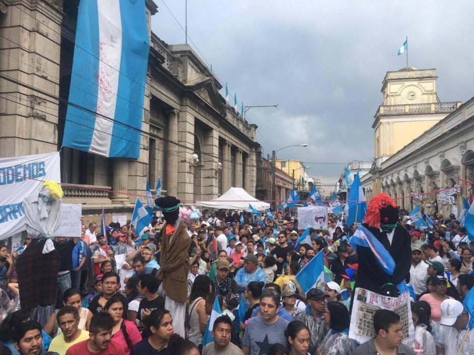 Esta es una panorámica de lo que ocurre fuera del congreso. (Foto: Luis barrios/Soy502)
