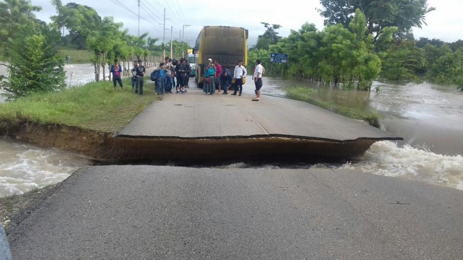 La carretera colapsó en el kilómetro 384 en la ruta hacia Petén. (Foto: Conred)