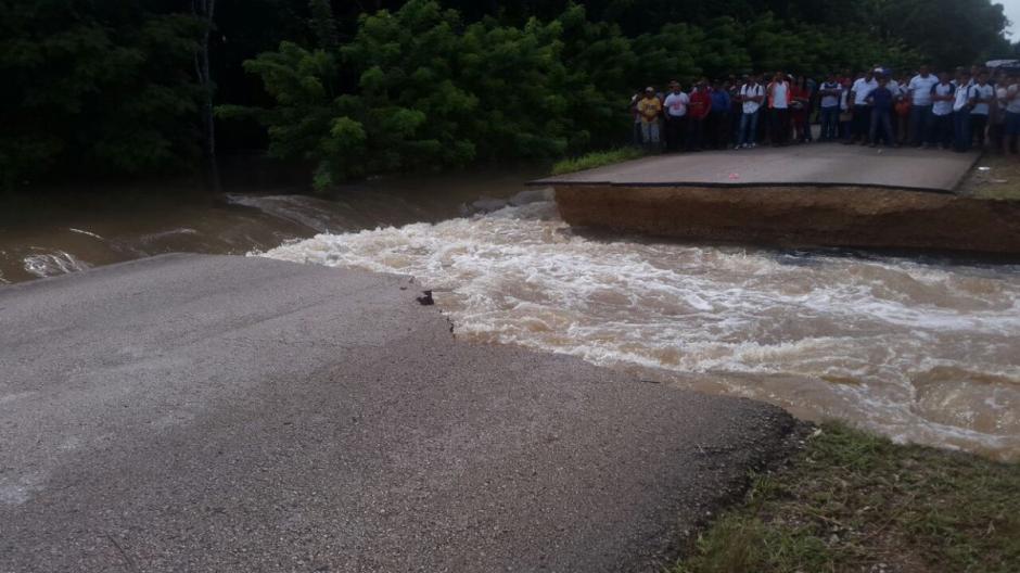 Las intensas lluvias son las que provocaron los daños en la carretera. (Foto: Conred)