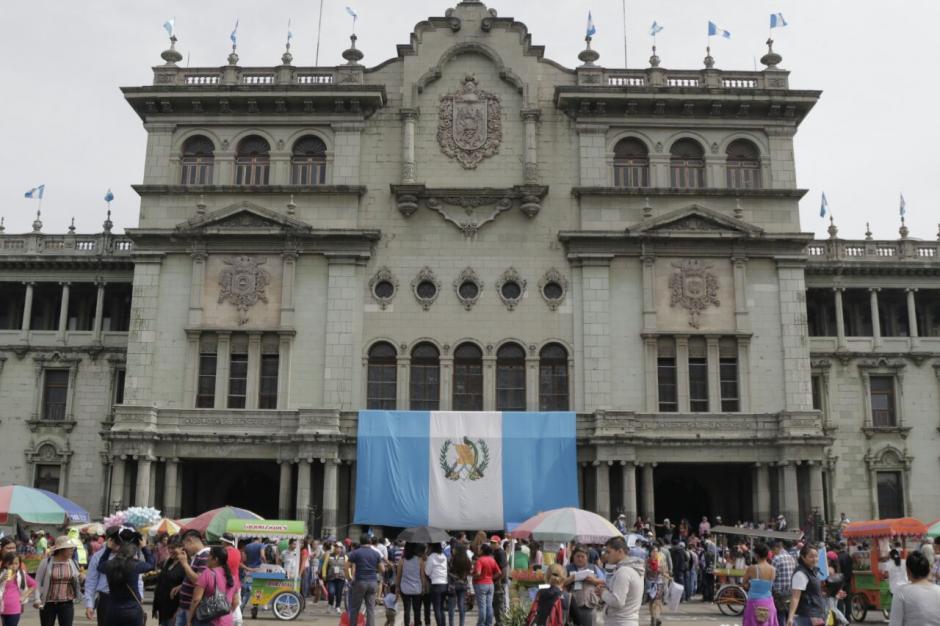 Los manifestantes y padres de familia se encuentran en la Plaza de la Constitución. (Foto: Alejandro Balán/Soy502)