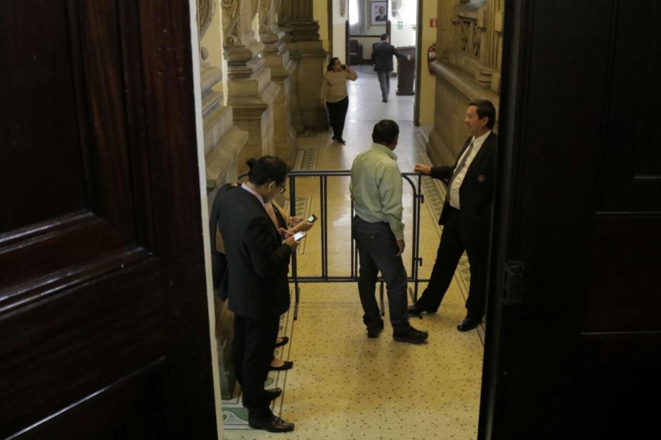 Estas vallas fueron instalados para evitar los cuestionamientos a los diputados. (Foto: Alejandro Balán/Soy502)