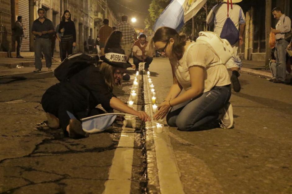 Al finalizar la tarde, un grupo de manifestantes encendió veladoras. (Foto: Alejandro Balán/Soy502)