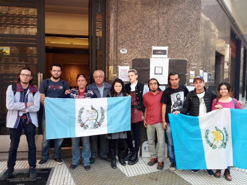 Varios guatemaltecos residentes en Argentina han mostrado su apoyo y se han unido a las manifestaciones pacíficas. (Foto: Solidaridad Guatemala Argentina)