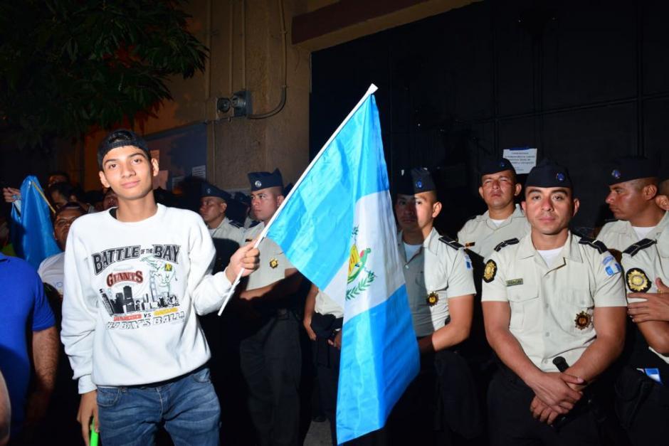 Antes de los disturbios, los agentes y la ciudadanía compartían durante la concentración. (Foto: Jesús Alfonso/Soy502)