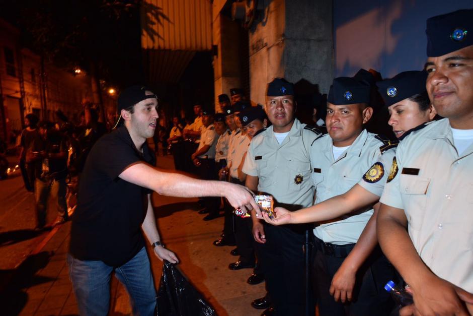 Algunos ciudadanos repartieron comida y bebidas a los agentes policiales. (Foto: Jesús Alfonso/Soy502)