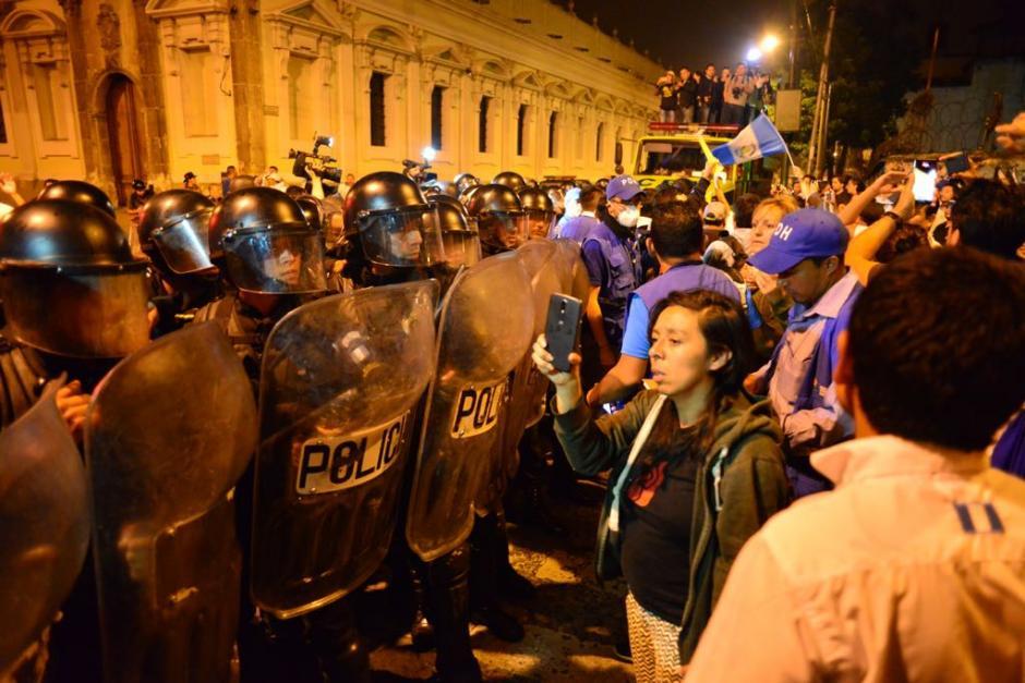 La actividad fue disuelta por un grupo de Antimotines de la PNC para que los diputados pudieran salir del Congreso. (Foto: Alejandro Balán/Soy502)