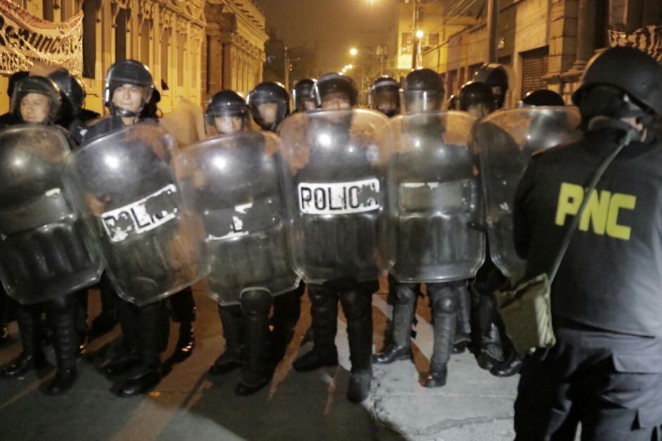 La PNC usó su fuerza antimotines para retirar a los inconformes. (Foto: Alejandro Balan/Soy502)