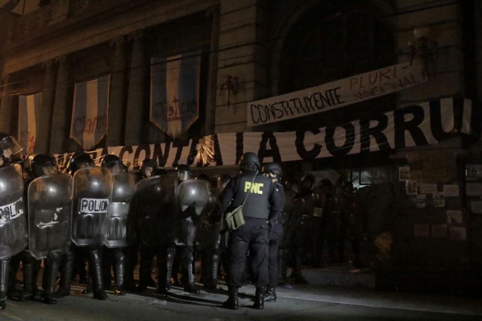 Los agentes utilizaron gas pimienta para dispersar a los manifestantes. (Foto: Alejandro Balan/Soy502)