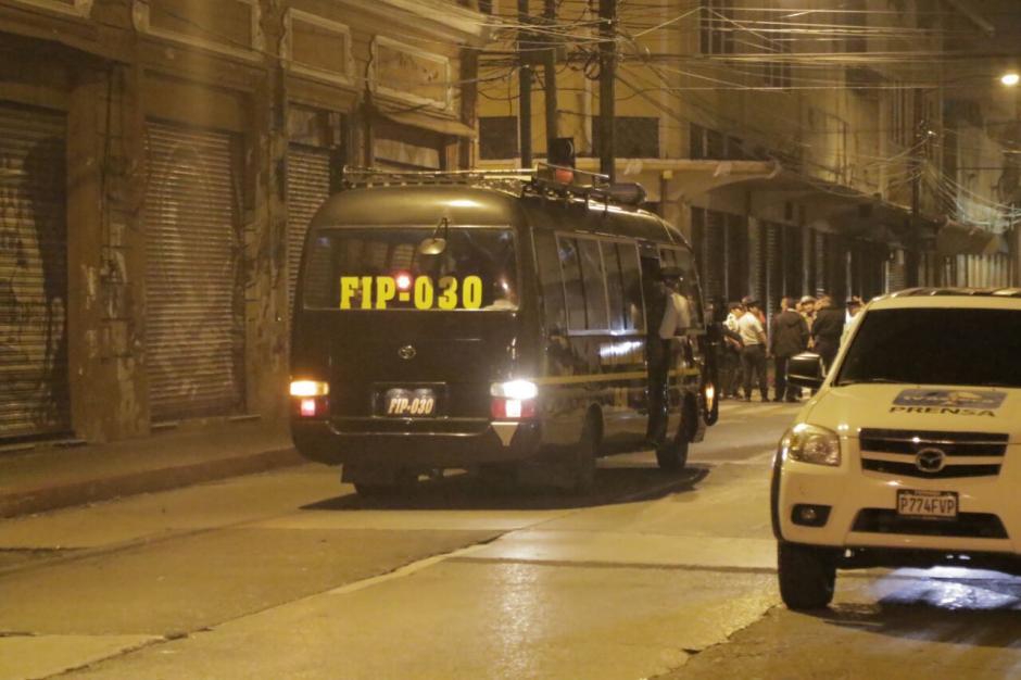 El operativo para desalojar a los manifestantes sucedió justo a la media noche. (Foto: Alejandro Balan/Soy502)