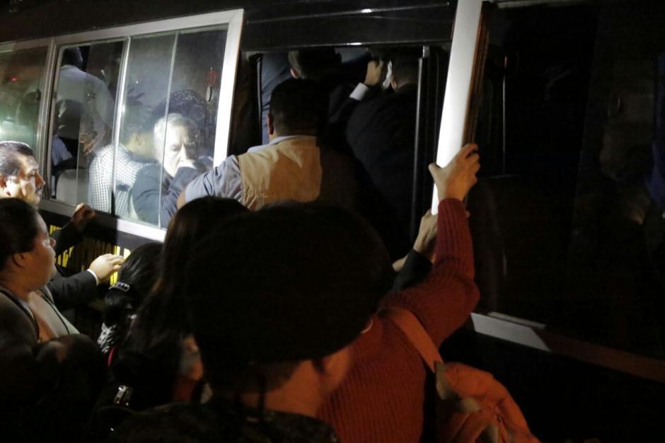 Notoriamente asustados, los diputados salieron de la zona 1 resguardados por agentes de la PNC. (Foto: Alejandro Balan/Soy502)