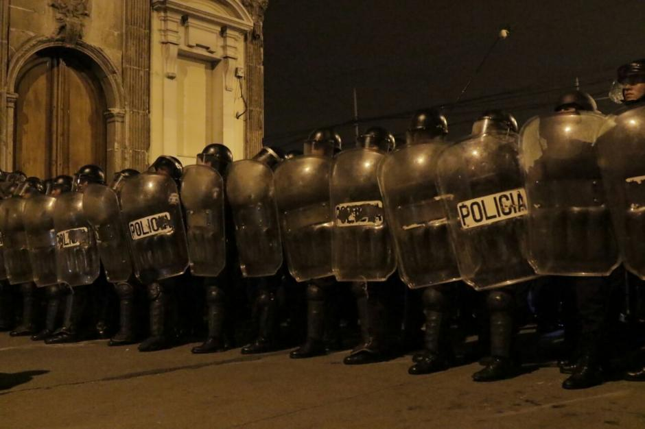 Los antimotines aprovecharon cuando la mayoría de personas ya se había retirado. (Foto: Alejandro Balan/Soy502)