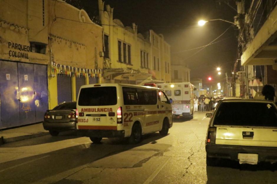 Unidades de socorro se encontraban en el lugar para atender a personas heridas. (Foto: Alejandro Balan/Soy502)
